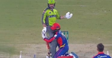 WATCH: Wicket-keeper Chadwick Walton hilariously grabs Ben Dunk's legs during a PSL clash