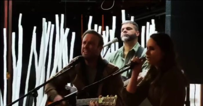 """WATCH: AB de Villiers dedicates Jason Mraz's """"I won't give up"""" to his father on the latter's 70th birthday"""